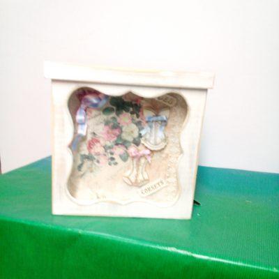 Caja blanca con decoracion femenina
